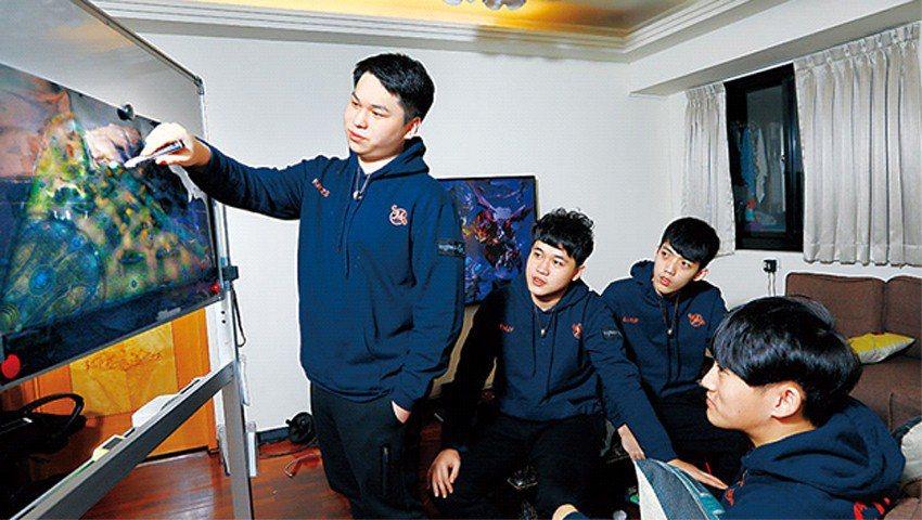 在SMG宿舍裡,練習3小時後,隊長黃成在(站立者)便會花2小時左右,用遊戲模擬地...