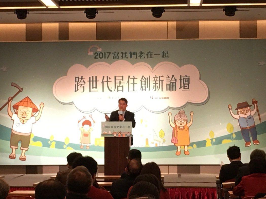 新北市政府副秘書長邱敬斌說明青銀共居的新作法。 圖/吳貞瑩