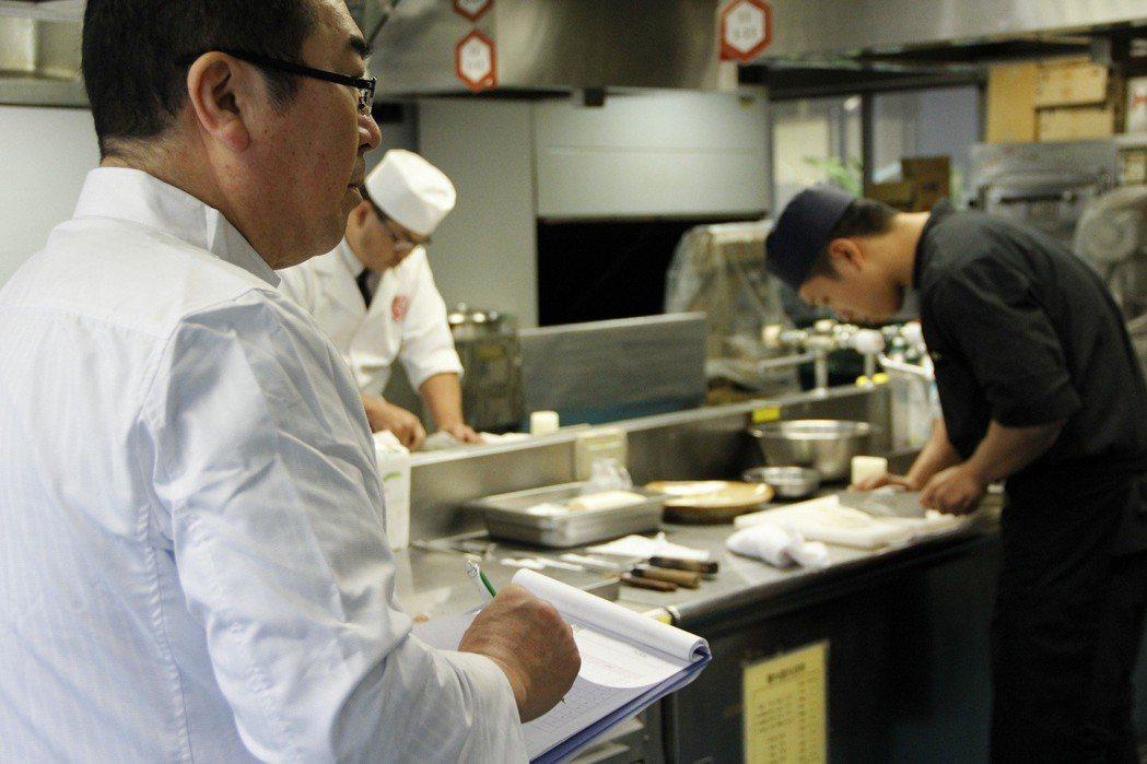 主考官西宮孝哲評分術科考試。 中華日式料理發展協會/提供