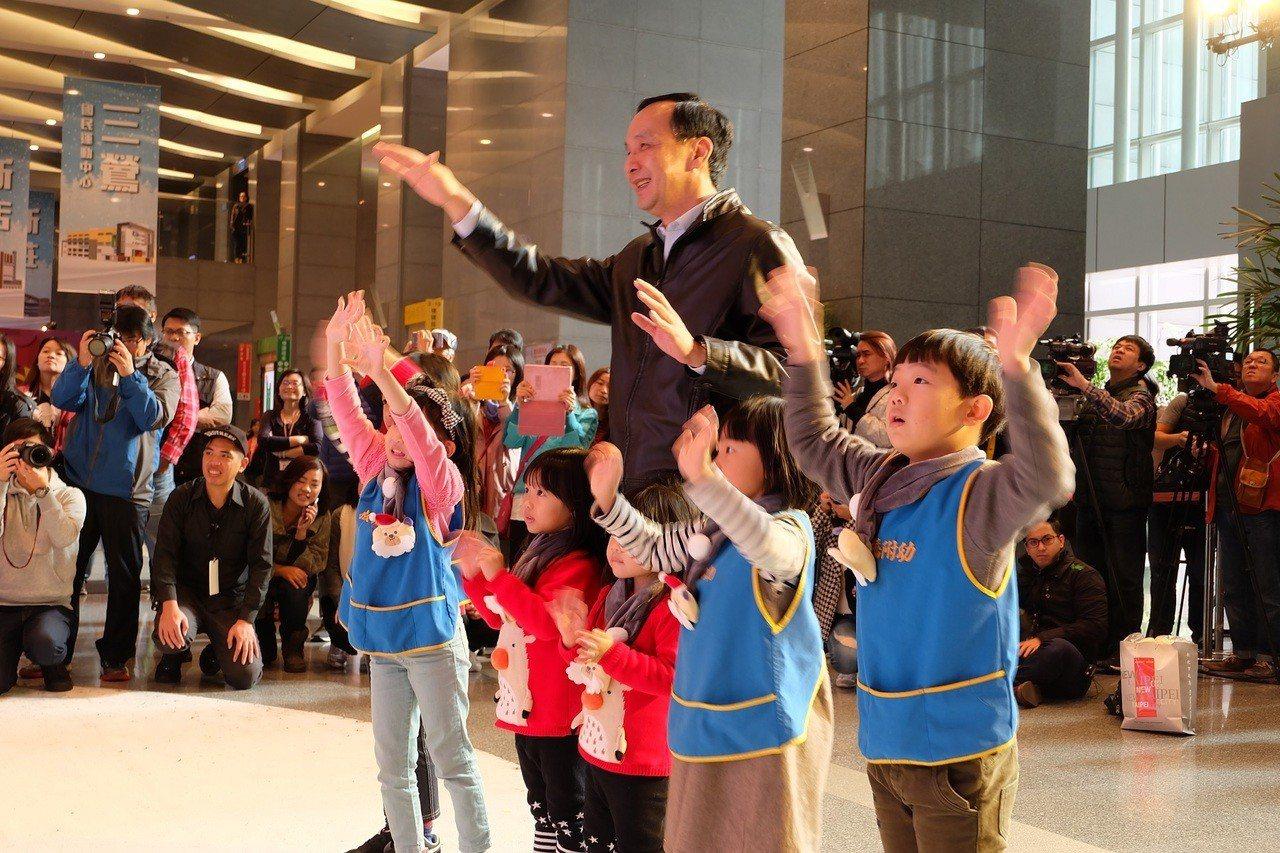 今(21)日「Santa Circus AR」體驗會現場市長與小朋友們一起歡呼揮...