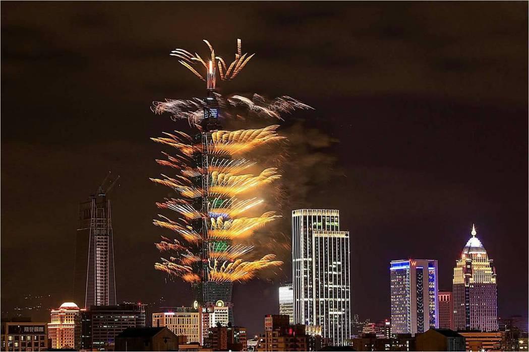 台北設計建材中心2016年跨年煙火景觀。 台北設計建材中心/提供
