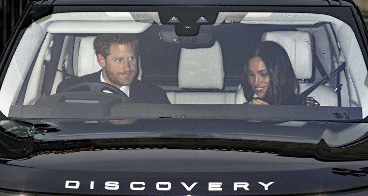 梅根馬克爾和哈利王子一起前往白金漢宮參加聖誕午宴。圖/美聯社