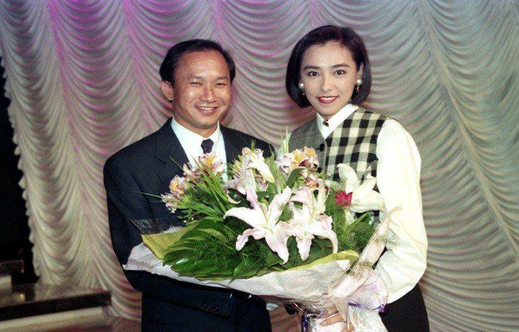 1993年吳宇森(左)接受「玫瑰之夜」的專訪,製作單位特別安排了吳宇森電影「英雄...