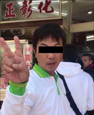 一名穿著房仲公司制服的男子在彰化一間肉圓店前插隊,被拍後還對鏡頭比「YA」。圖/...