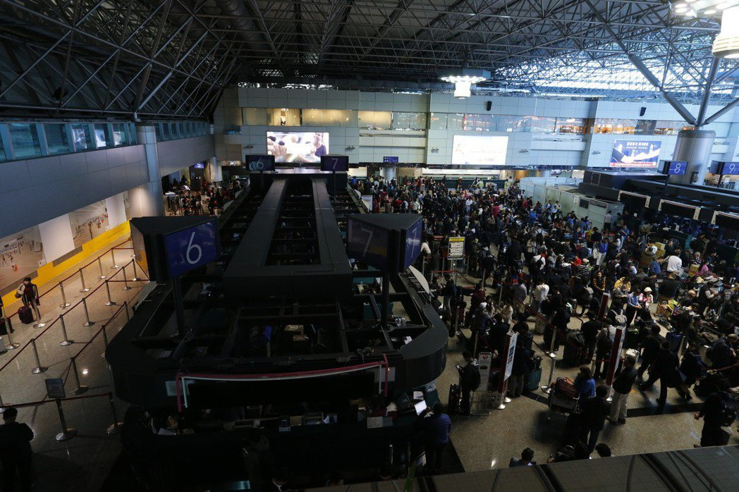 桃機第二航廈,22日中午出境與安檢都跳電,旅客秩序大亂。 記者鄭超文/攝影