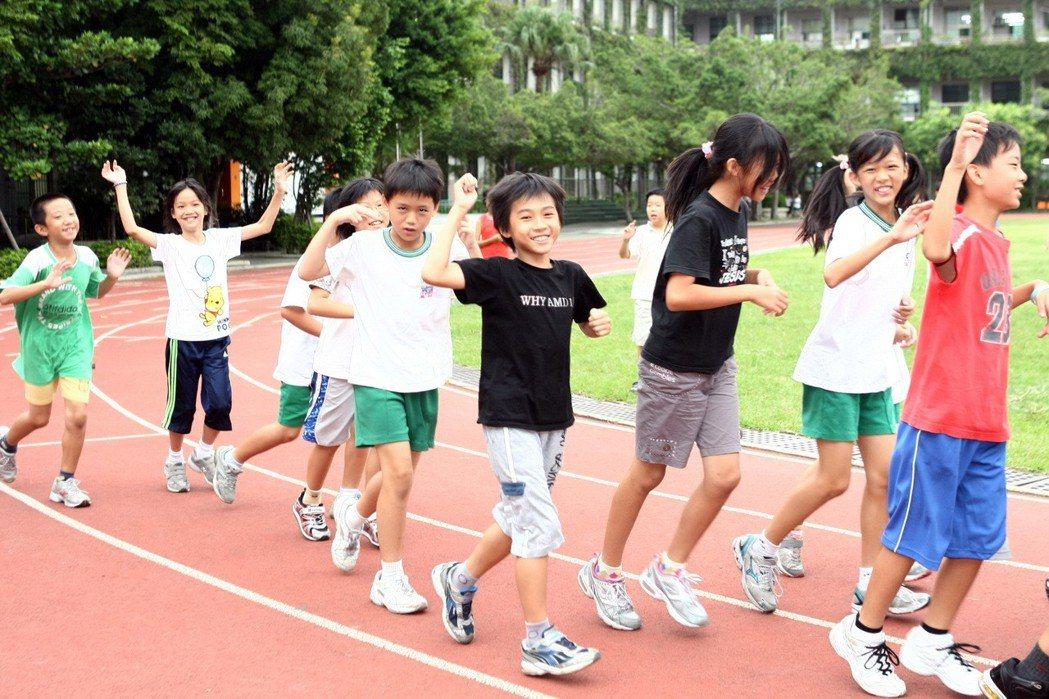 圖為台北市東門國小學生上體育課前慢跑熱身。聯合報系資料照/記者徐世經攝影