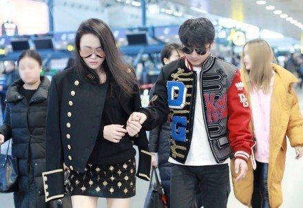 鄒市明在機場由老婆冉瑩穎攙扶著。圖/擷自「新浪體育」微博