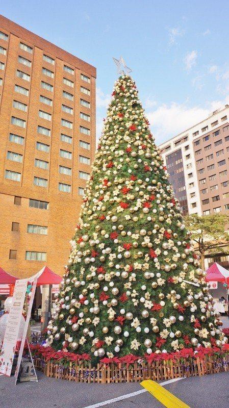 台北福華在戶外停車場打造耶誕市集,偌大的耶誕樹十分吸睛。 徐谷楨/攝影