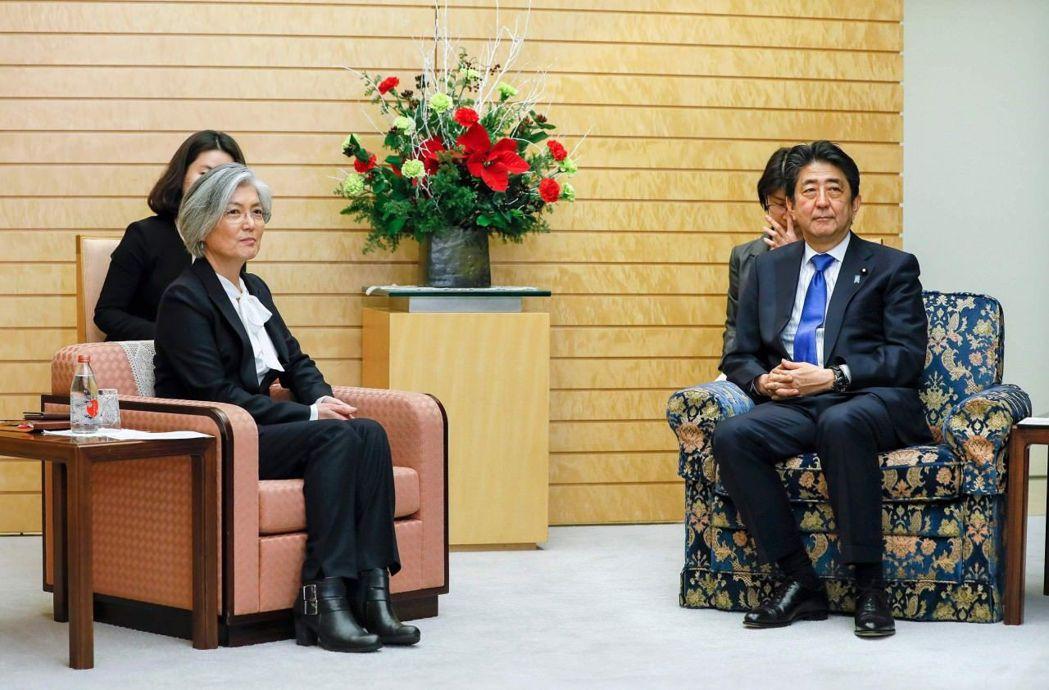 安倍晉三本周接見首度訪日的南韓外交部長康京和,被批椅子外交「打壓」南韓。 (路透...