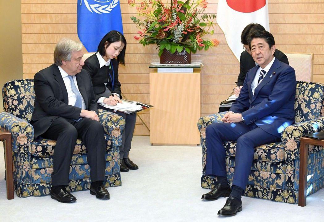南韓媒體翻出在同一天同一地點,安倍接見聯合國秘書長古特雷斯(Guterres),...