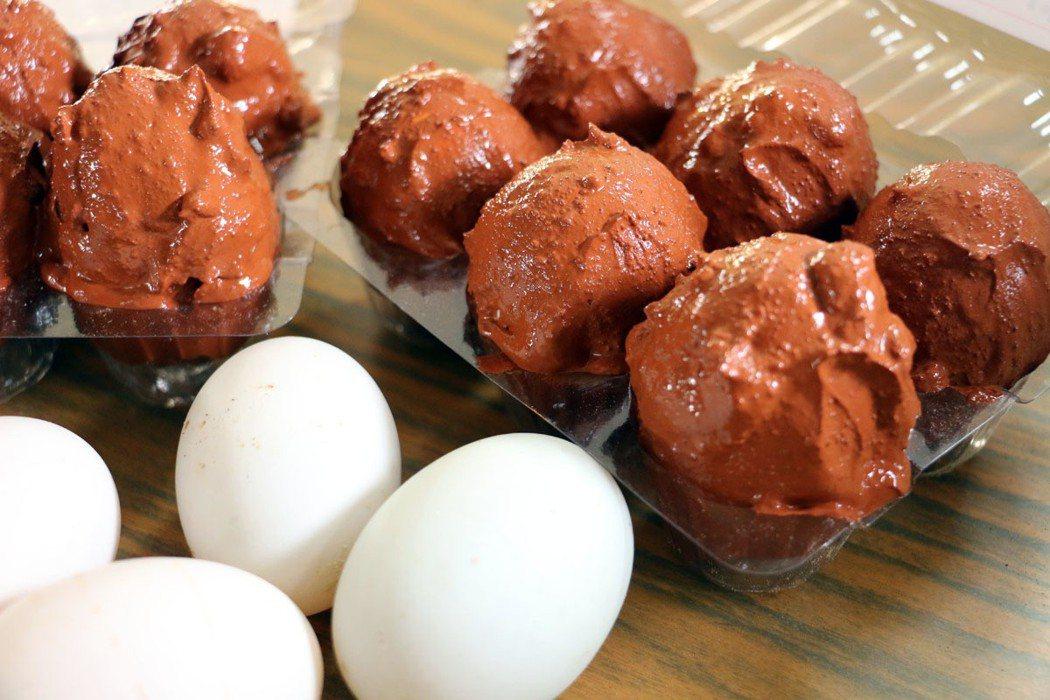 鴨蛋均勻裹上紅土製成鹹鴨蛋的DIY活動,老少咸宜。