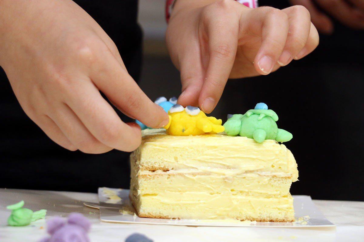 「興麥蛋捲烘焙王國」推出翻糖蛋糕DIY,可自行捏塑小動物裝飾蛋糕。