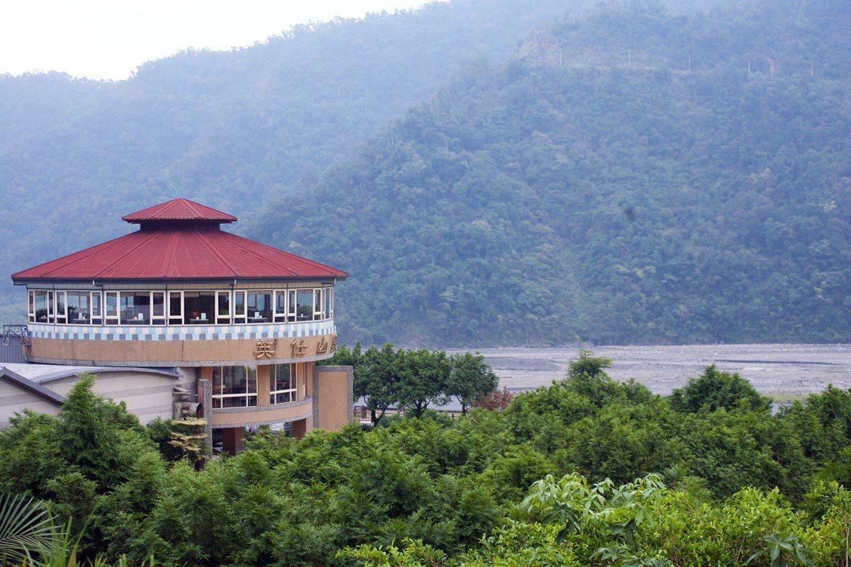 英仕山莊位於蘭陽溪上游,整個溪谷河畔景觀極為壯闊。