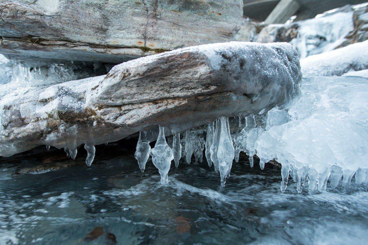 溪流噴濺的水花在兩岸岩石結成冰柱。
