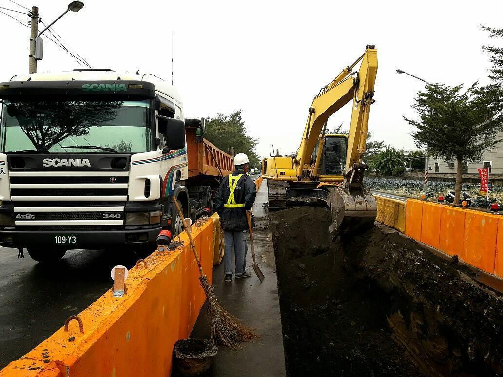 高市水利局向中央爭取補助治水,啟動當地雨水下水道工程,施工期間將封閉部分車道並交...