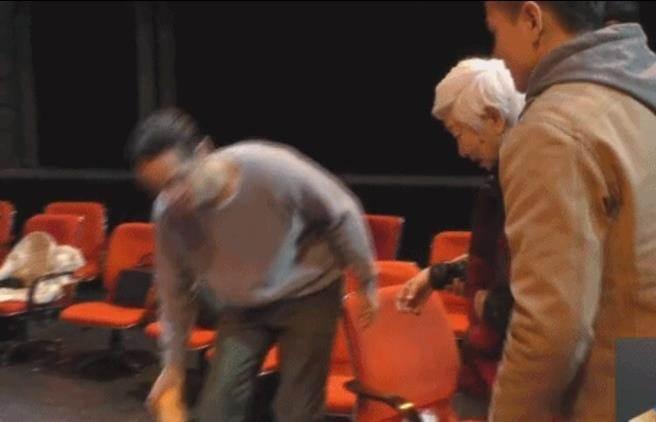 胡歌細心為老奶奶搬開椅子。圖/摘自微博