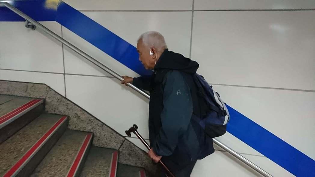 65歲的老先生「飛機」因沒有房子而無法申請敬老悠遊卡。圖/擷取自巫馥彤臉書