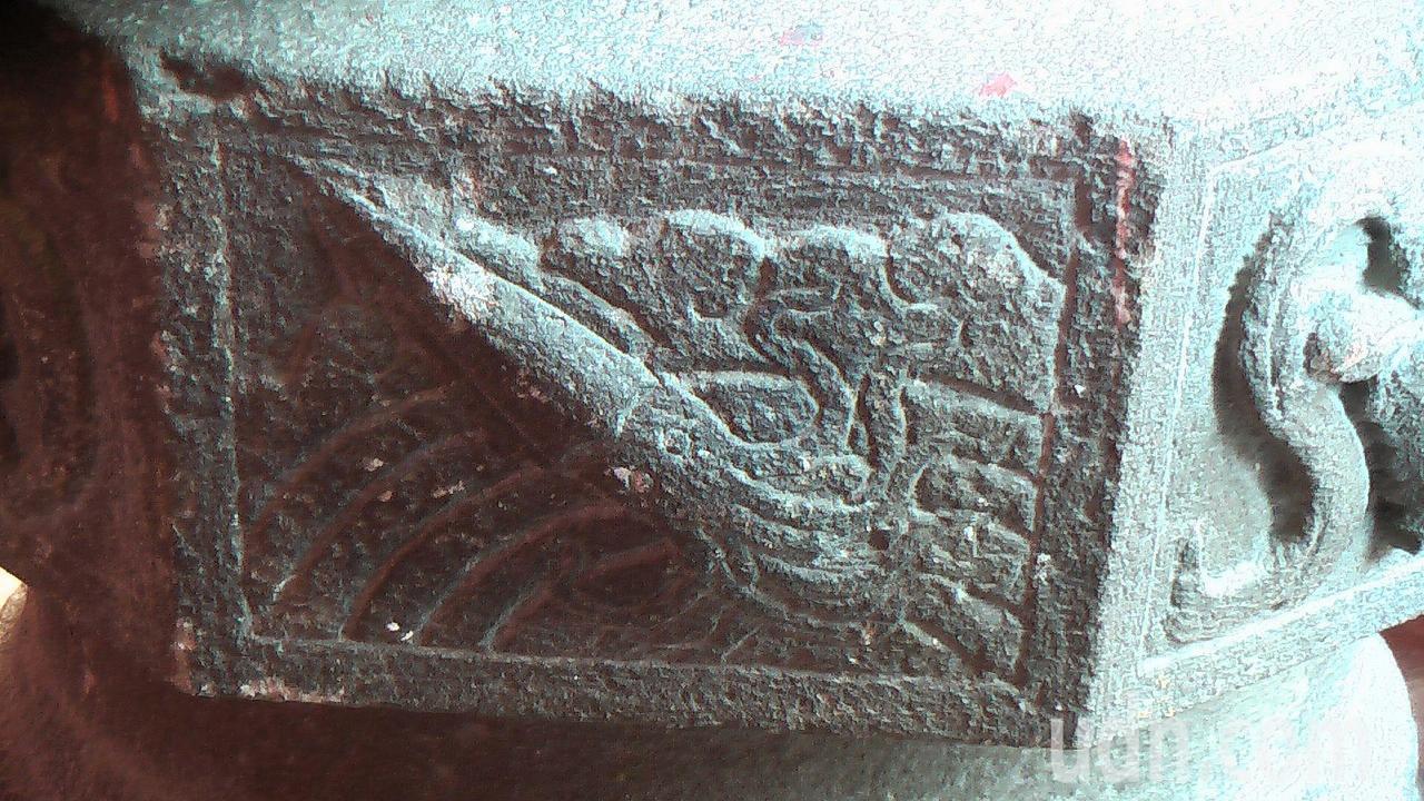 三川殿的八角柱礎上,有魷魚、蝦兵蟹將等海洋意象裝飾藝術圖樣。記者徐如宜/攝影