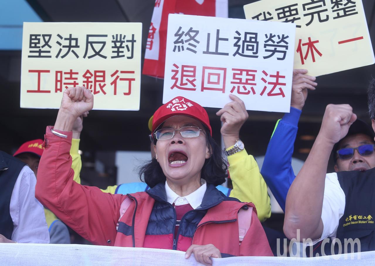 「我血汗過勞、你功德個屁!」反對勞基法修惡大遊行行前記者會。記者曾吉松/攝影