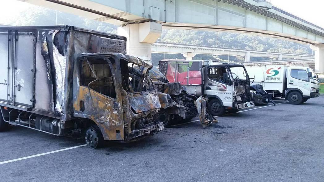 三台事故車被燒成焦黑,座位只剩骨架。記者陳雕文/攝影