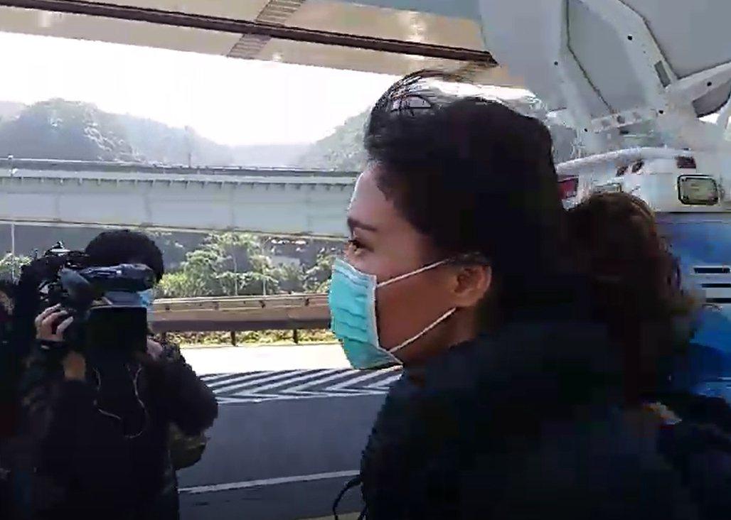 彭女與母親快步離開現場。記者陳雕文/攝影