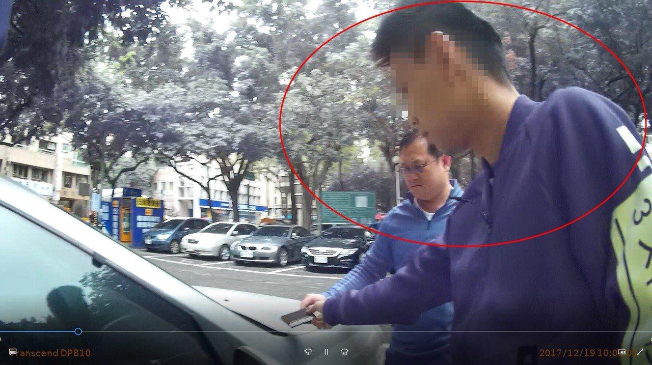 台中市莊姓男子在賓士車內開窗吸食k菸,不知停車處僅距離派出所不到50公尺,馬上被...