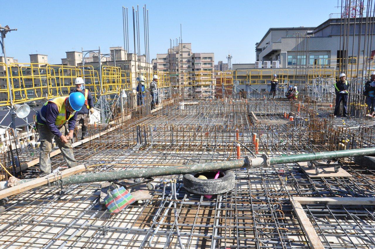 桃園區中路二號社會住宅是桃園市第一個開工的社宅,工程進度超前,目前已蓋到6樓層。...