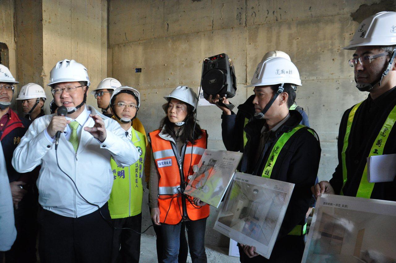 市長鄭文燦(左一)今天到工地現場現勘,表示社會住宅將在明年9月開放招租。記者張裕...