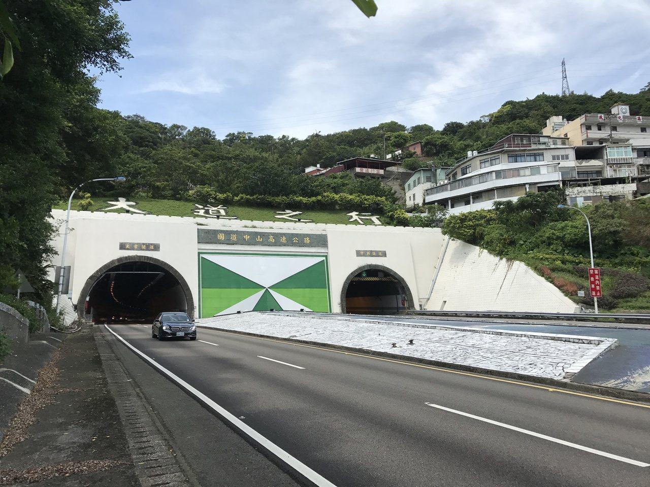 基隆市政府要在23、24日深夜,施做高速公路高架段道路刨鋪工程,從國一高速公路0...