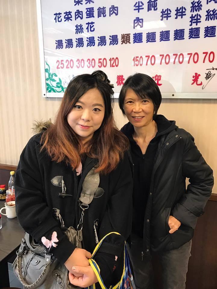 香港女遊客與周美青合影後,她表示,周美青還幫她擦桌子。圖/十一妹公主與爸爸媽媽的...