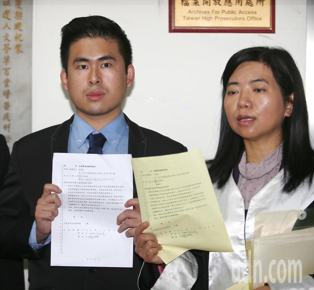 新黨青年軍王炳忠(左)在律師陳麗玲(右)陪同下前往台北地方法院地檢署按鈴申告,控...