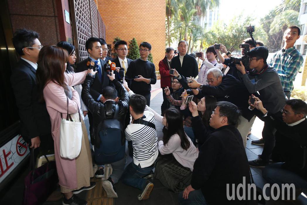 新黨青年軍王炳忠(左四)在律師陪同下前往台北地方法院地檢署按鈴申告,針對本月19...