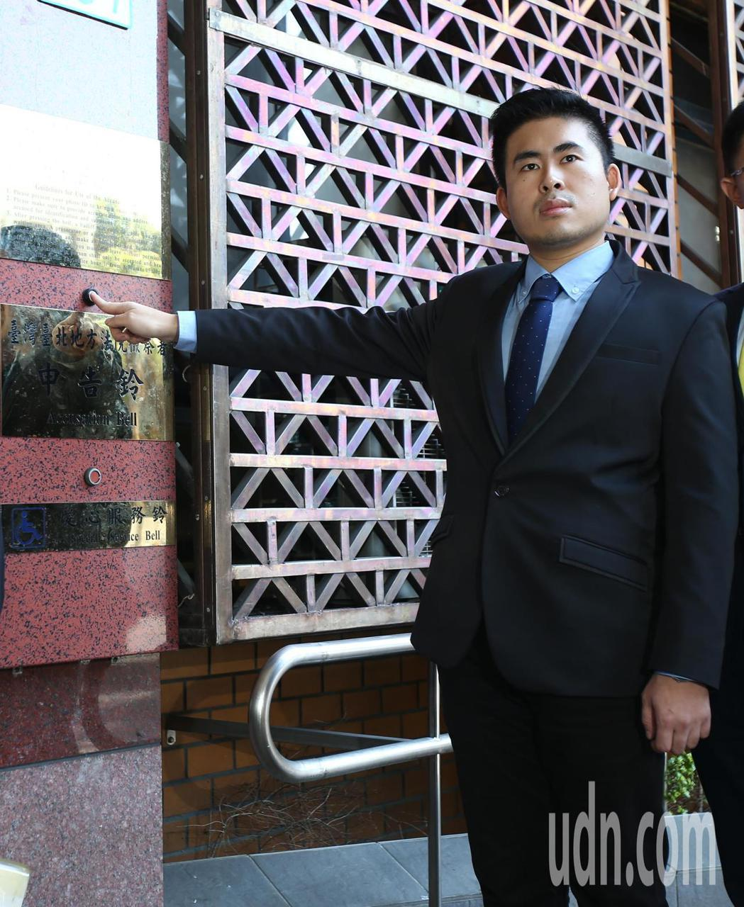 新黨青年軍王炳忠在律師陪同下前往台北地方法院地檢署按鈴申告,針對本月19日清晨住...