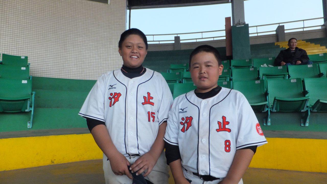 「大胖」馬喬澤(左)、「小胖」林琮皓聯手為汐止少棒隊拚出好成績,兩人偶像分別是彭...