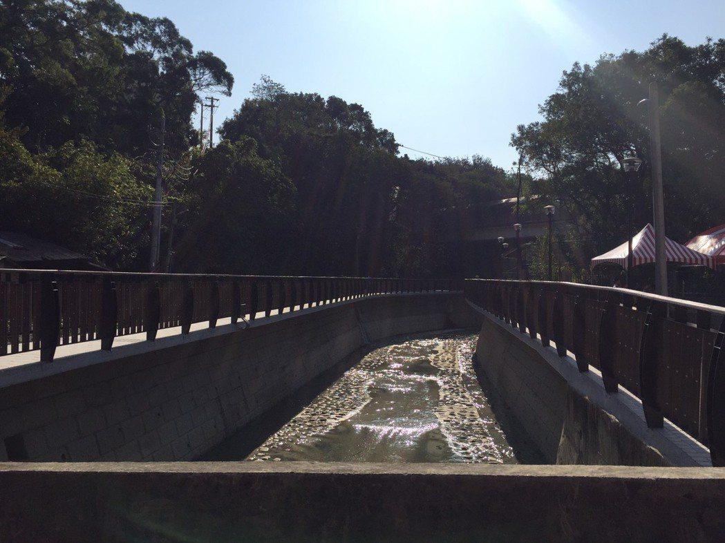 新竹市政府利用冷水坑溪藍帶兩側空間,規畫通往靜心湖的步行系統,結合人車分道設計。...