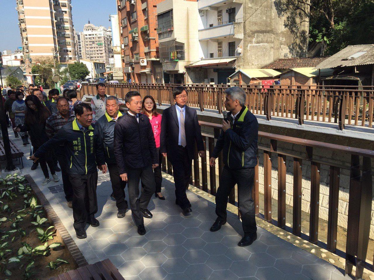 新竹市長林智堅帶領民眾參觀改善後的光復路一段525巷與冷水坑溪步行系統。記者林家...