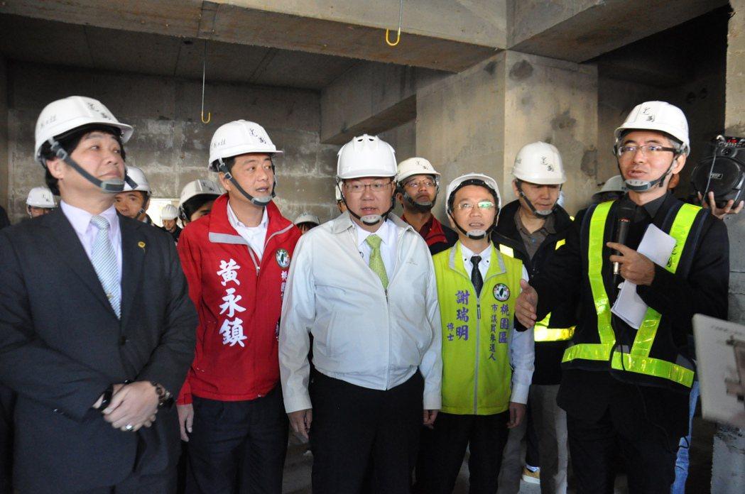 市長鄭文燦(中)今天到工地現場現勘,肯定工程進度超前、工安管理良好。記者張裕珍/...