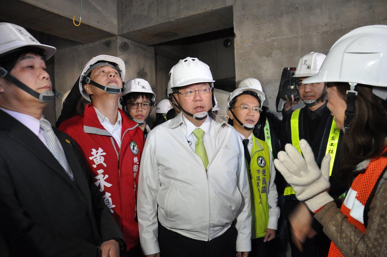 市長鄭文燦(中)今天到工地現場現勘,表示社會住宅將在明年9月開放招租。記者張裕珍...