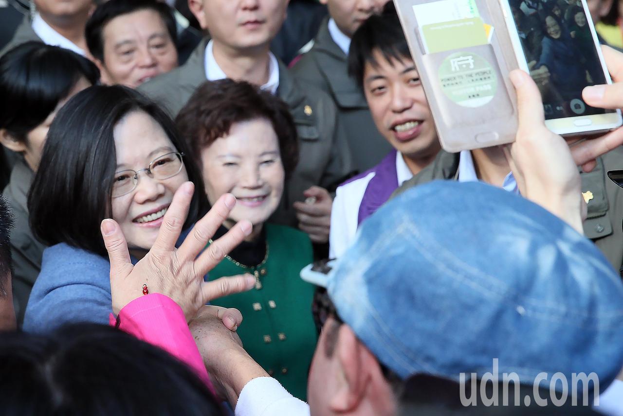 蔡英文總統(左)下午到基隆慈雲寺參香揭牌,參訪後對於媒體記者提問搜索新黨發言人家...