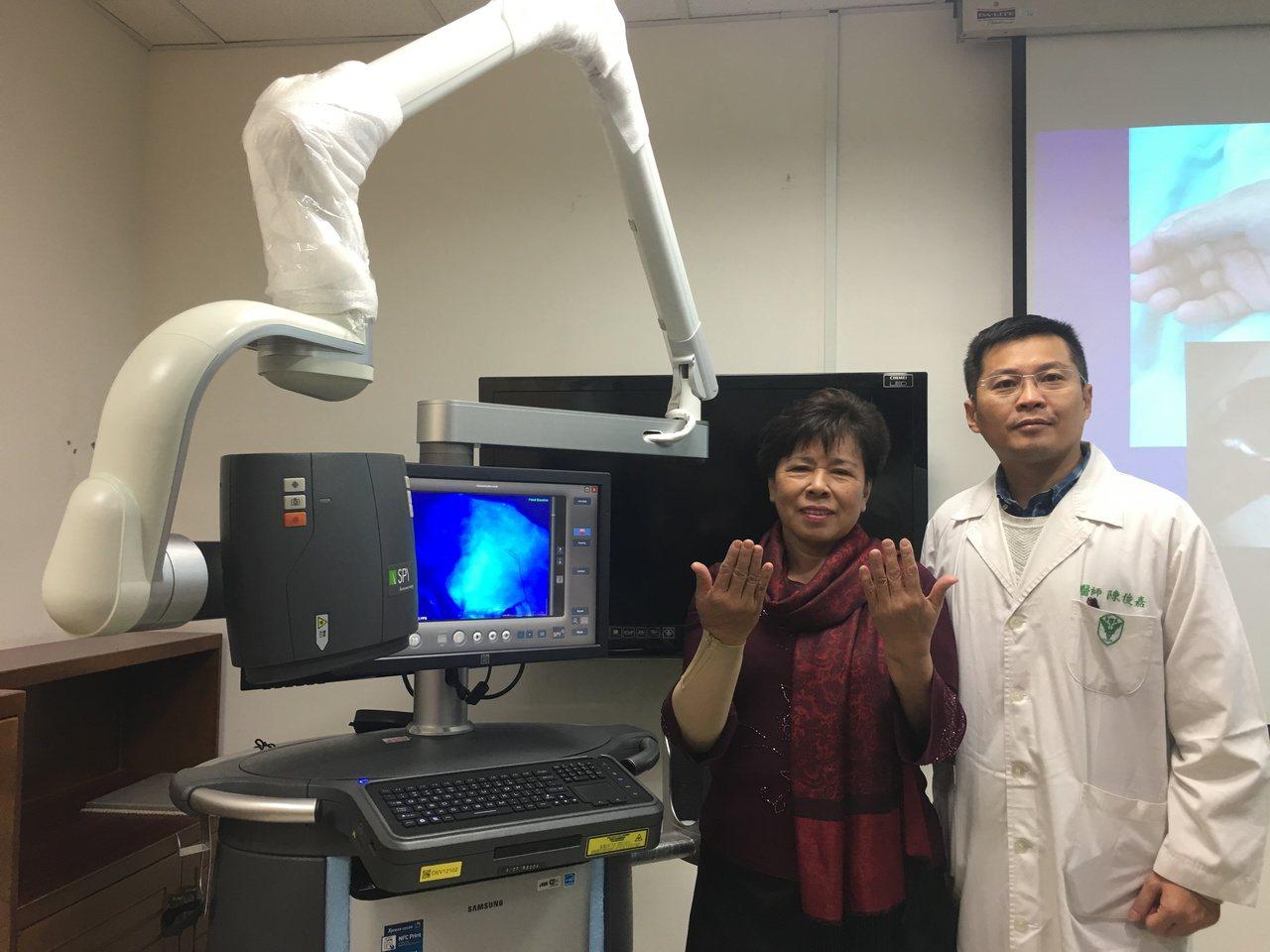 奇美醫學中心整形外科主治醫師陳俊嘉(右)因醫院引進的「手術螢光即時影像導引系統」...
