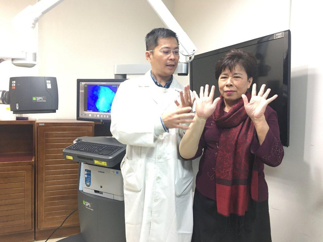 62歲蘇張女士(右)現身說法,她乳癌手術後30多年來飽受淋巴水腫,有俗稱「大象手...