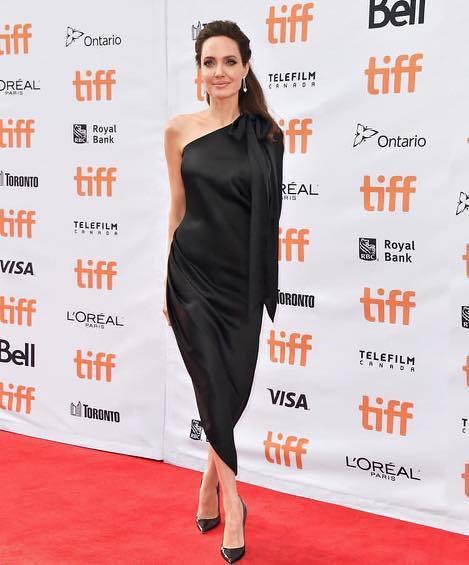 安潔莉納裘莉也經常穿著Ralph & Russo的服裝出席國活動。圖/擷取自IG...