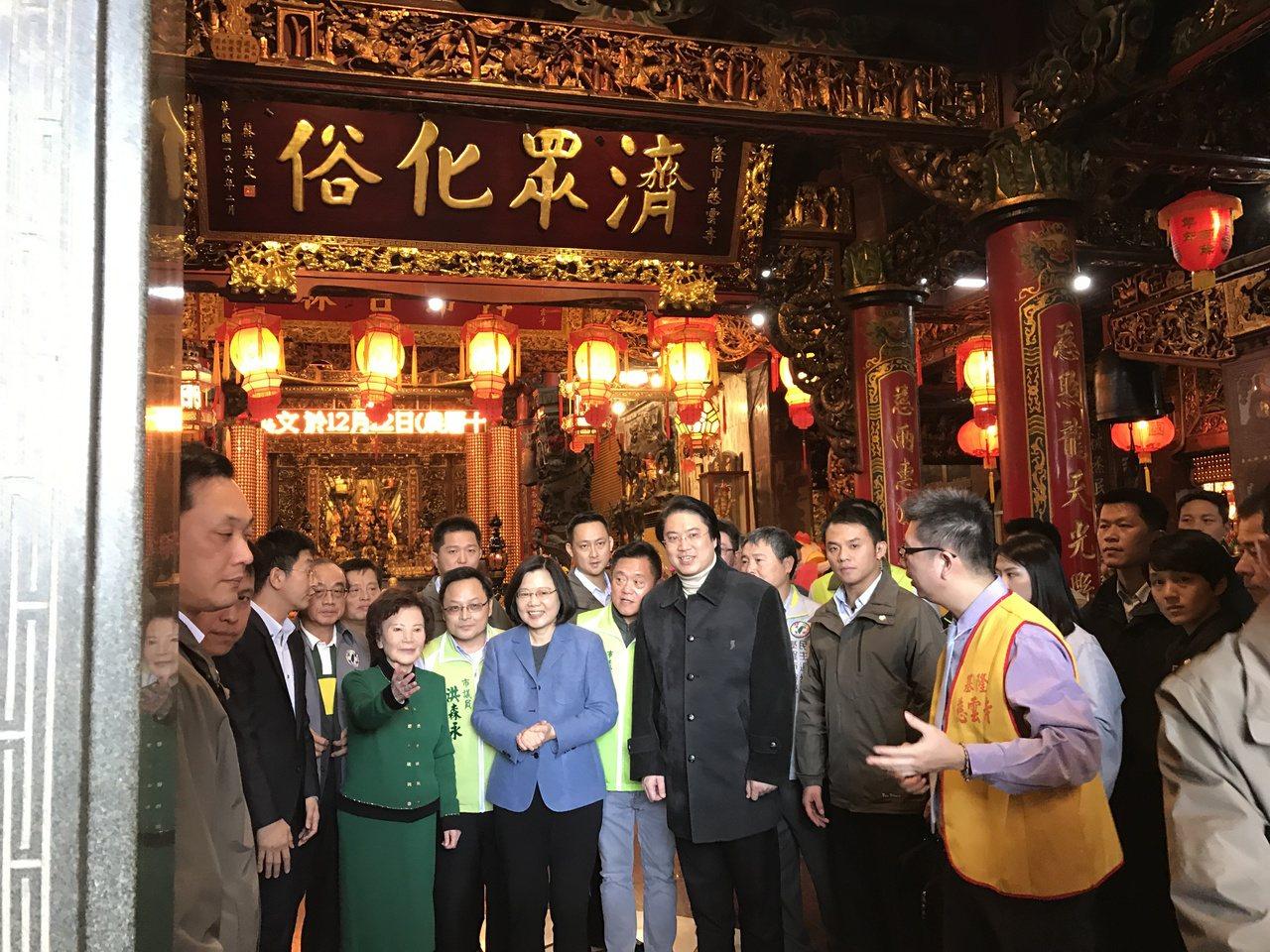 總統蔡英文今天下午到基隆慈雲寺揭匾,受到民眾熱情歡迎。記者吳淑君/攝影