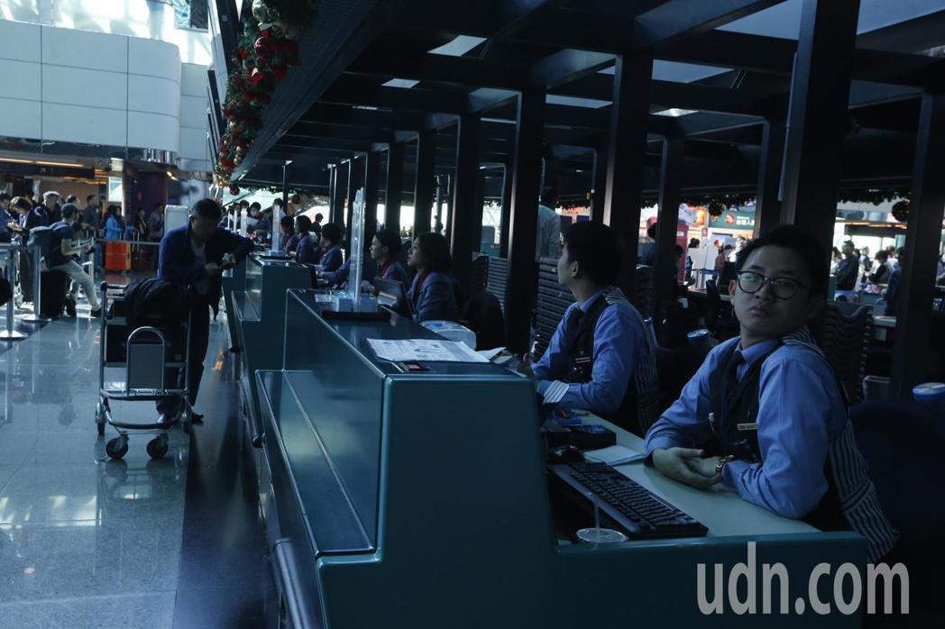 桃園機場第二航廈接近中午時分出境大廳與安檢區內X機都發生停電狀況,航空公司報到櫃...