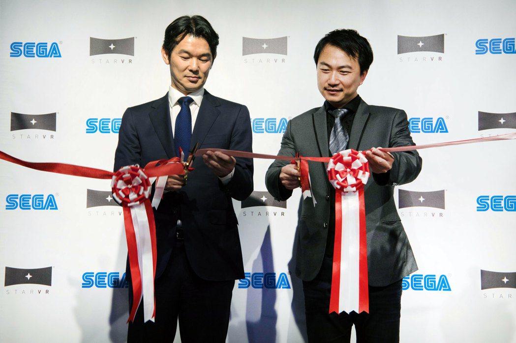 宏碁旗下高階虛擬實境解決方案品牌StarVR營運長林家和(右),與日本電玩巨擘S...