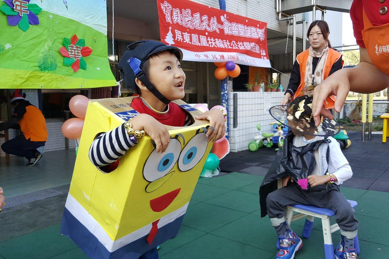 伊甸東港早療中心舉辦歡樂聖誕變裝踩街活動,變裝的慢飛天使沿街報佳音、發送糖果,民...
