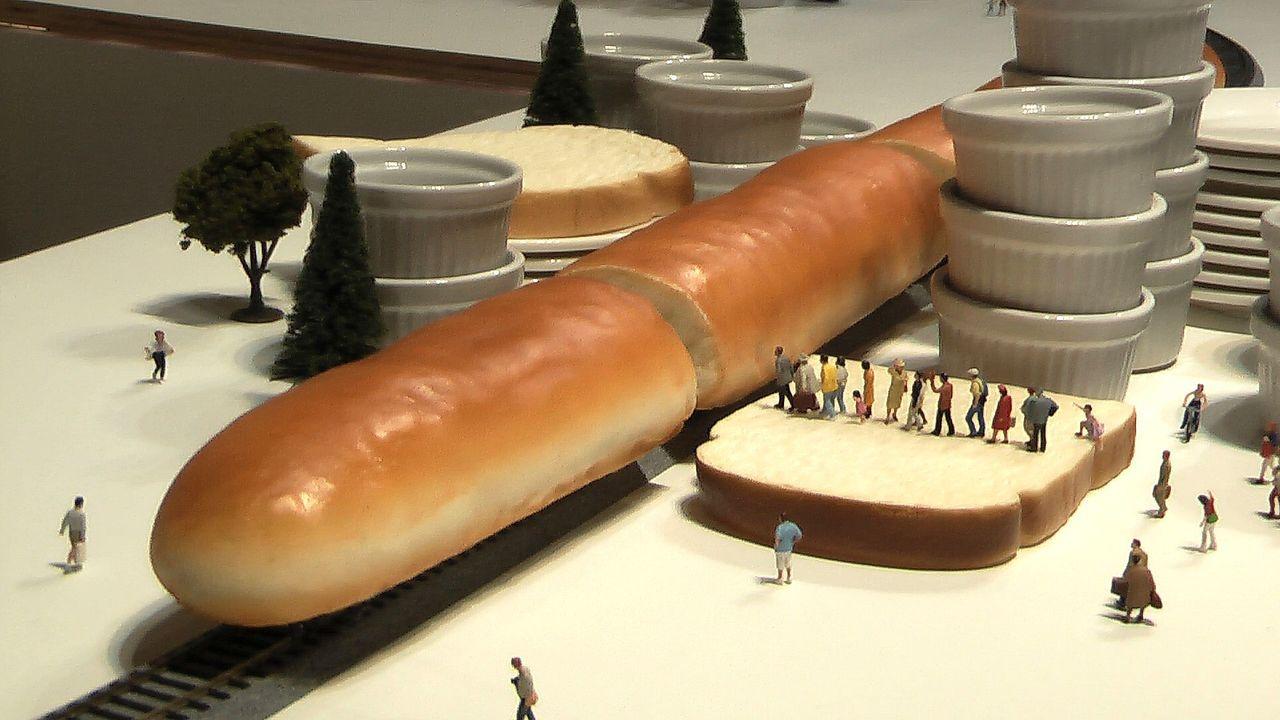 微型平面攝影師田中達也的作品「Bread Train 新幹線~噢!不是!新麵包線...