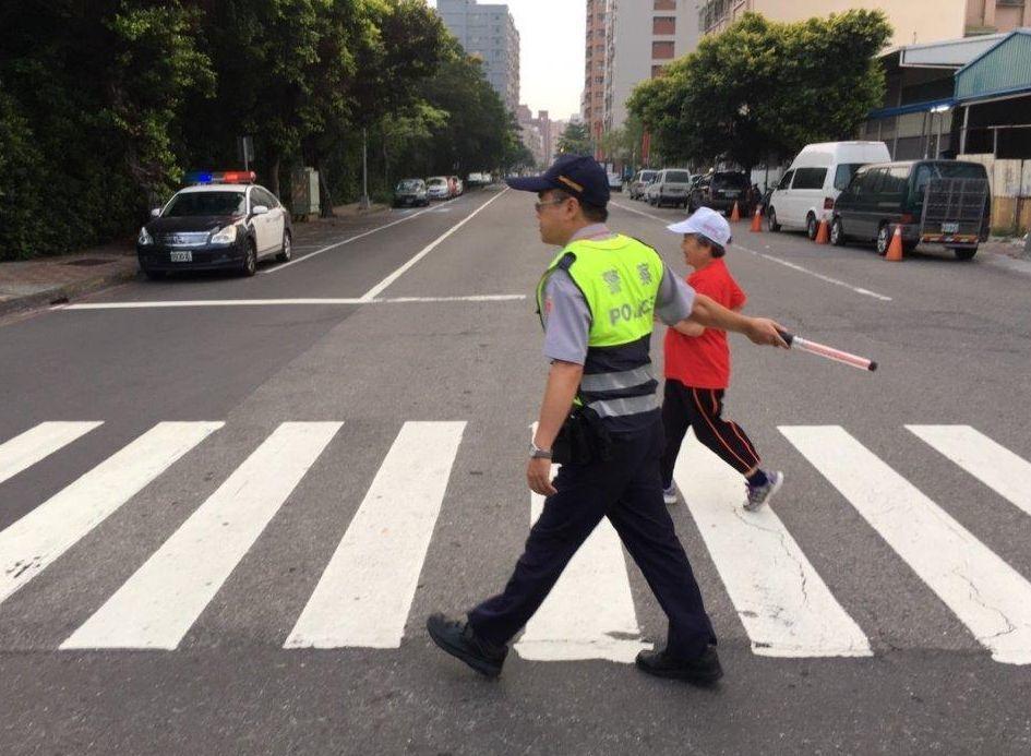 行人經人行穿越道有優先路權,高雄市警方將對汽、機車未禮讓行人大執行。記者林保光/...