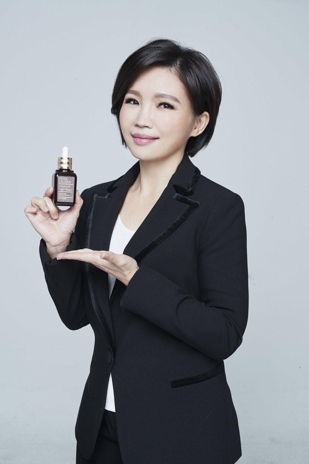 柳燕以肌膚保養專家身分代言小棕瓶。圖/雅詩蘭黛提供