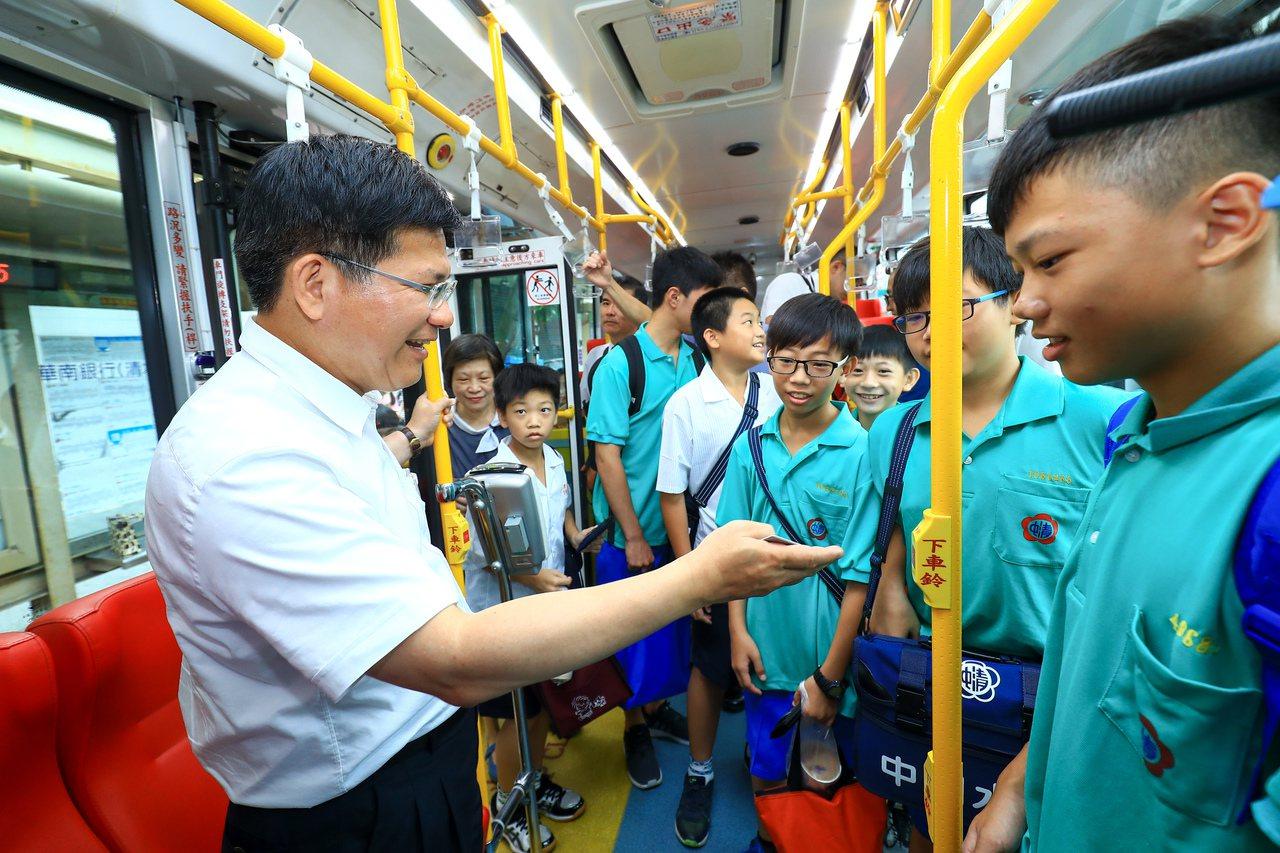 台中市長林佳龍拋出捷運轉乘公車20公里免費,學者與公車業者都質疑成效。圖為林佳龍...